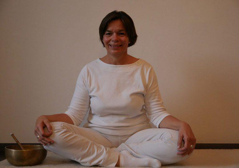Ulrike Falk wartet lächelnd auf die nächste Kundalini Stunde