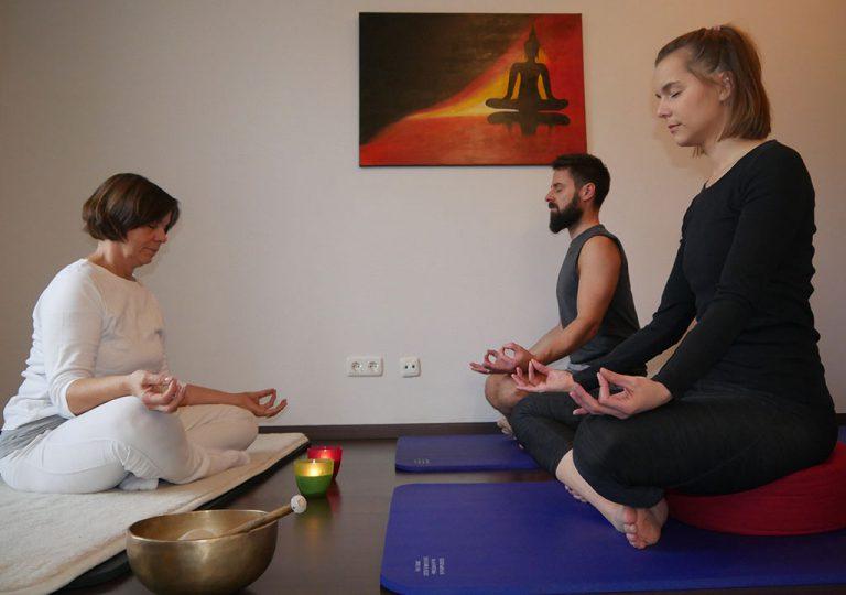 Teilnehmer der Kundalini Yoga Stunde in entspanntet Meditation