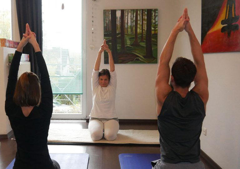 Herausfordernde Kundalini Yoga Stunde bei Ulrike Falk mit Atemübung