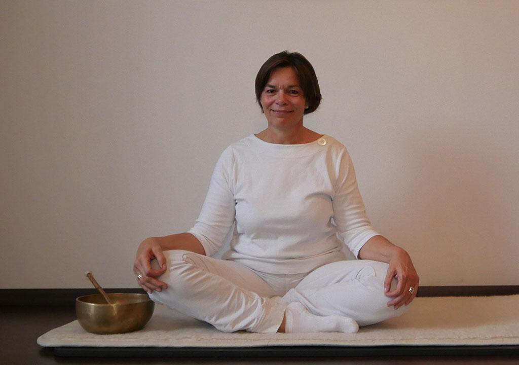 Kundalini Yoga Lehrerin Ulrike Falk im einfachen Sitz